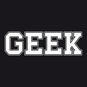 Geek écrit en lettres rectangulaires à angles arrondis. Le tracé des lettres est épais, et elles sont cerclées d'un contour fin légèrement espacé. Des
