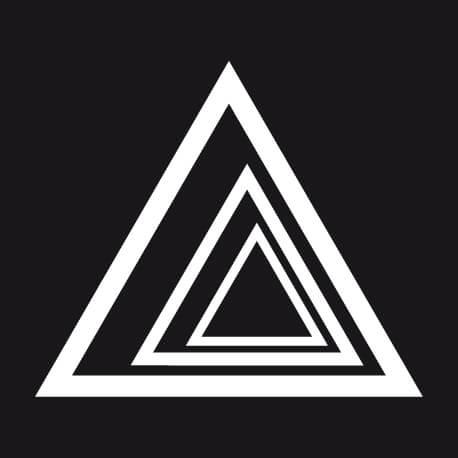 T-shirt Triangles graphiques imbriqués créant un effet de profondeur customisé.