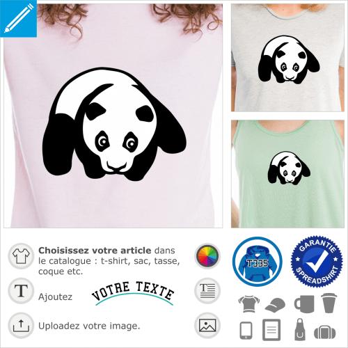 Bébé panda posé sur le ventre, pattes écartées, avec la tête dessinée de face.