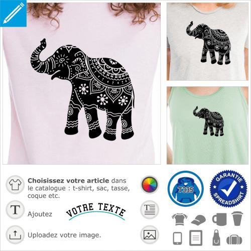 Éléphant à la silhouette ronde, dessiné de profil avec la trompe levée. L'éléphant est décoré de motifs indiens classiques, fleur, roue de paon et spi