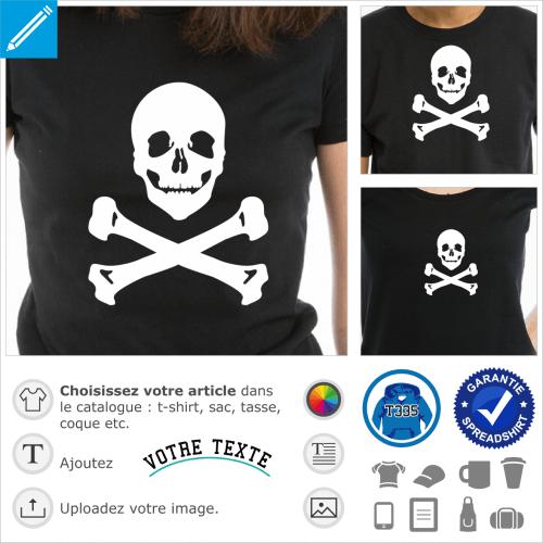 Pirate à sourire sarcastique, tête de mort rigolote à imprimer en blanc sur fond noir pour transformer un t-shirt ou un sac en drapeau pirate.
