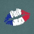 Drapeau français peint sur des lèvres rebondies et entrouvertes, design pour supporter de foot, rugby et sports d'équipes.
