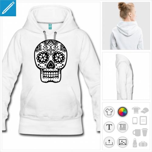 Hoodie pour femme avec poches sur le devant et motif floral tête de mort mexicaine.