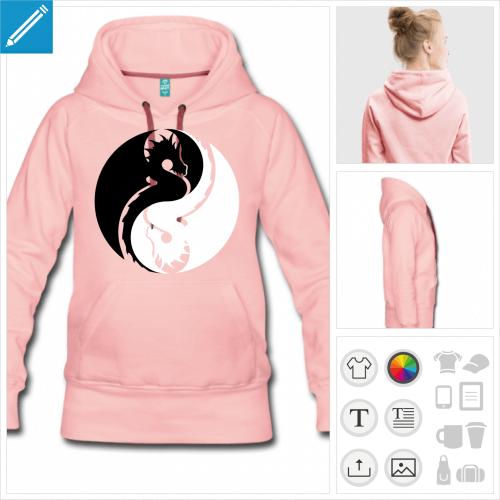 Sweatshirt à capuche pour femme couleur bordeau et symbole yin yang chinois composé de deux dragons symétriques lovés l'un contre l'autre.