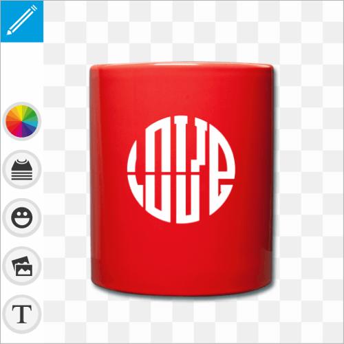 Mug céramique rouge personnalisé avec un design typographique en forme de cercle composé des lettres LOVE.