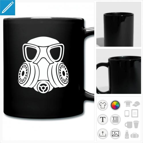 Tasse céramique personnalisée avec un design masque à gaz stylisé noir sur fond rouge.