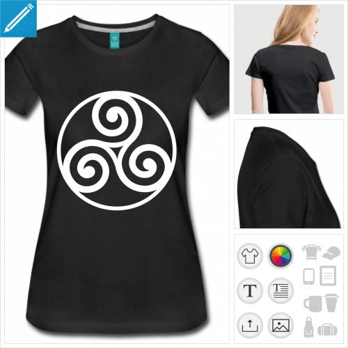 T-shirt triskell breton à empattements entouré d'un cercle.
